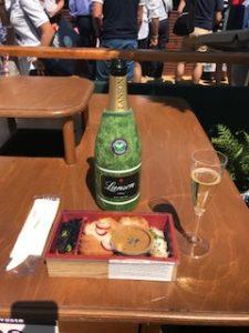 シャンパンと味噌カツ丼