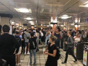 ロンドンの地下鉄の駅でイングランドサポーターが大騒ぎ