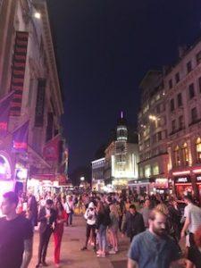 ピカデリーサーカスの夜の賑やかな雰囲気
