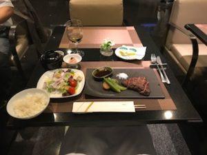 ANAスイートラウンジのレストランのステーキ