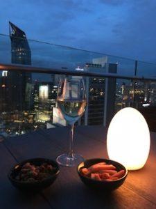 夕暮れ時に白ワイン