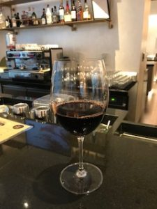 バーカウンターで赤ワイン
