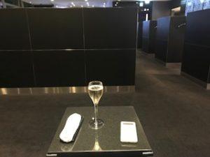 ANAスイートラウンジでシャンパン