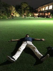明治記念館の芝に寝転ぶ人