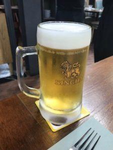 大ジョッキでシンハーの生ビール
