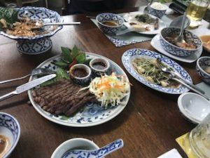 タイ料理レストランでの食事