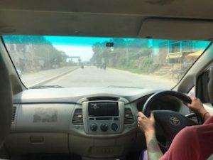 空港からガンジス川に向かって移動中の車内