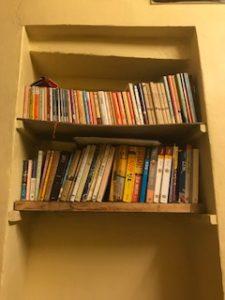 Bunny Cafeの店内にある本棚