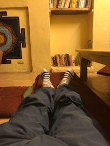 Bunny Cafeで足を伸ばしてくつろいでいる