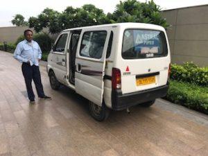 インドのホテルから駅までの送迎車