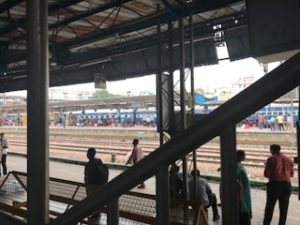 インドの駅舎で列車に乗る直前