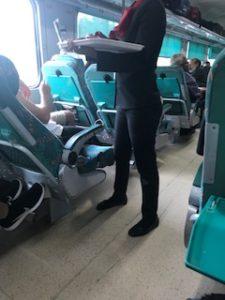 インドの列車内ではバラが配られる