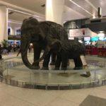 デリーの空港内に象の像