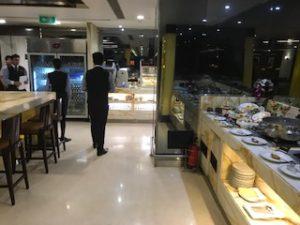 デリー空港のラウンジの食事スペース