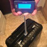 スーツケースの重さを測る