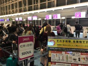 羽田空港のピーチ航空のチェックインの列