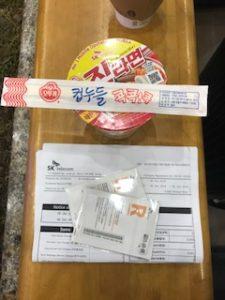 韓国のSIMカードを購入しカップ麺をもらう