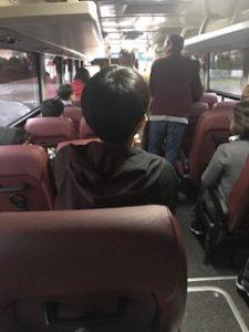 国連のバスの車内
