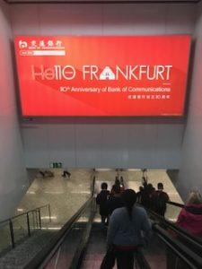 フランクフルト空港に到着看板